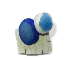 Anstecker, von Myung Urso, Brooch: Duo, 2015 Linen, wood, pigment, sterling silver, lacquer 11 x 10 x 2.5 cm