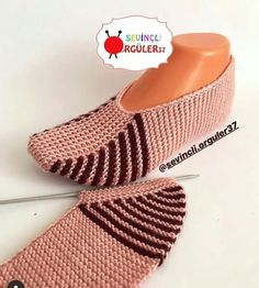 Crochet ideas that you'll love Easy Knitting, Loom Knitting, Knitting Stitches, Knitting Socks, Gestrickte Booties, Knitted Booties, Knitted Slippers, Knit Slippers Free Pattern, Crochet Shoes Pattern