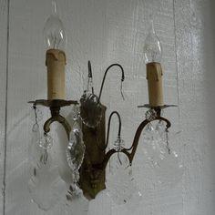 messing wandlamp met veel kristallen