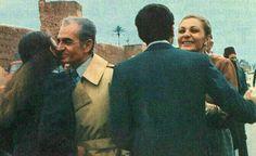 تصویر لحظه دیدار شاه و فرح پس از خروج از ایران با فرزندانشان رضا و فرحناز پهلوی که در آمریکا اقامت داشتند. مراکش، اسفند ۵۷