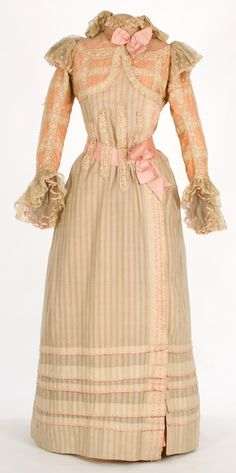 1900-1909 housecoat. that's right. not even a dress, just a housecoat. imagine the level of luxury.