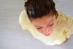 """A morena Júlia Doorman, do blog Cabelos de Rainha, apresenta sempre dicas surpreendentes de beleza no seu canal no Youtube. Dessa vez, ela mostra como preparar uma hidratação caseira e tonalizante para fios escuros - totalmente sem química - feita com um ingrediente simples de cozinha: o café. """"Essa hidratação n"""