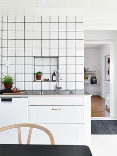 How to Pull Off This Easy-to-Clean & Affordable Trend: Square White Tiles & Dark Grout Kitchen Tiles, Kitchen Flooring, New Kitchen, Kitchen Interior, Kitchen Dining, Kitchen Decor, Kitchen White, Square Kitchen, Kitchen Styling