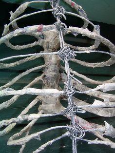 Diy Skeleton Made From Sticks String Foam And Mache - Halloween Makeup Halloween Prop, Outdoor Halloween, Halloween Projects, Holidays Halloween, Halloween Makeup, Halloween Graveyard, Halloween Witches, Halloween 2019, Halloween Pumpkins