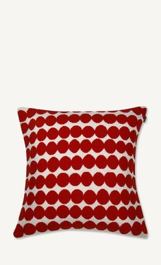 This red and white knit cushio coverin the Räsymatto pattern is made of a wool and polyamide blend. Print: Rasymatto Print Designer: Maija Louekari Material: cotton Size: 50 x 50 cm Color: red and white Knitted Cushion Covers, Knitted Cushions, Marimekko, Print Design, Red And White, Wool, Knitting, Pattern, Holidays