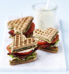 En klassisk amerikansk sandwich med sprødstegt bacon, solmodne tomater og grøn salat. Her har vi piftet mayonnaisen op med sennep og rosmarin og skiftet det sædvanlige toastbrød ud med grønne spinatvafler.