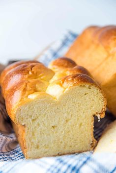 This Brioche bread is ultra soft, rich, and buttery! It's not only delicious to eat, but easy to make too! Learn how to with my step by step recipe. Egg Bread Recipe Bread Machine, Egg And Bread Recipes, Egg Yolk Recipes, Challah Bread Recipes, Fun Baking Recipes, Sourdough Brioche Recipe, Receta Pan Brioche, Brioche Loaf, Buttery Bread Recipe