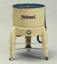 Nel 1951 inizia la produzione della MW-101, la prima lavatrice #Panasonic, aveva una capacità di carico di 2kg.