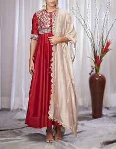 Then you are going to love the latest Jayanti Reddy Summer Lehengas. Beautiful scallop dupatta, fit & flare lehenga skirt + more. Designer Anarkali Dresses, Designer Dresses, Jayanti Reddy, Mehendi Outfits, Indian Outfits, Lehenga Skirt, Girl Photography Poses, Indian Designer Wear, Blouse Designs