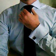 il toccare il nodo della cravatta