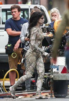 Sofia Boutella revient d'entre les morts! Photos de tournage de The Mummy