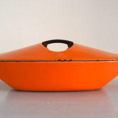 Oranje lage Le Creuset casserole design Raymond Loewy