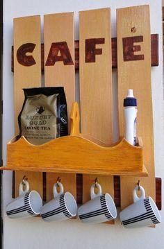 Placa para área da máquina de café. Organizador para máquina de café com 4 ganchos e caixa para organizar cápsulas e/ou sachês de café. Charme garantido para o cantinho da máquina de café. Não inclui xícaras, chá e adoçante que apenas demonstram a função. R$ 75,00