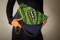 Pochette Jean brut bleu et imprimé Polynésien Vert. Cette pochette souple est conçue avec une triplure de jean épais pour assurer la rigidité nécessaire à vos besoins! Lar - 19745779