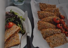 Michelle Bridges meatloaf - love the hidden veg and oats - I used to do this to the kids all the time LOL Skinny Recipes, Paleo Recipes, Healthy Dinner Recipes, Cooking Recipes, Skinny Meals, Healthy Dinners, 300 Calorie Meals, Low Calorie Snacks, Low Calorie Recipes