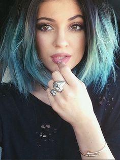 Façon Kylie Jenner et son célèbre tie and dye bleu turquoise