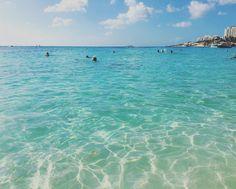 Mullet Bay Que cor de água é essa?! Essa se tornou uma das minhas praias preferidas em St. Maarten! Mar calmo mais parece uma piscina e de um azul turquesa de doer os olhos!