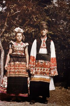 Hello all, Today I will return to Hungary, to talk about one of the most famous costume and embroidery traditions in that country, t. Crazy Costumes, Cool Costumes, Folk Clothing, Historical Clothing, Traditional Hairstyle, Festival Shirts, Hungarian Embroidery, Folk Fashion, Basic Outfits