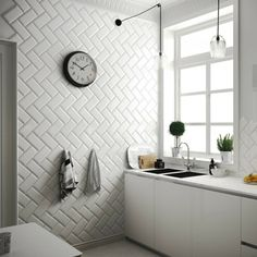 The Metro tile known by its iconic rectangular shape with bevelled edge, has shot to fame and increased in popularity. Here is some Metro tile inspiration. Metro Tiles Bathroom, Kitchen Wall Tiles, Design Bathroom, Brick Effect Wall Tiles, Traditional Tile, White Tiles, Chevron, Sweet Home, New Homes