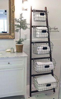 Las escaleras son la última tendencia en la decoración del hogar. Podemos usarlas de tantas formas como creativas seamos: bibliotecas, estantes, percheros, ténder y todo lo que te puedas imaginar se puede crear con una escalera y un poco de imaginación.Acá te mostramos 40 formas de usar una escalera que segur