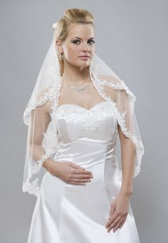 Ideálny typ svadobného závoja z kolekcie Glamour pre všetky romantické nevesty s krajkovým lemom