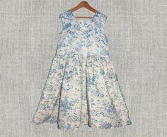 Vestido de niña en azul con motivos toile por Renattoni en Etsy, $42.00