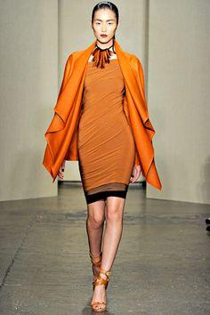 Kwantiteit contrast met licht en donker, donkere tinten in de kleding in een lichtere omgeving.