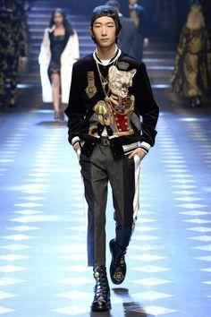 Dolce & Gabbana Fall 2017 Menswear Fashion Show Collection: See the complete Dolce & Gabbana Fall 2017 Menswear collection. Look 26 Mens Fashion 2018, Mens Fashion Casual Shoes, Mens Fashion Suits, Style Costume Homme, Fashion Week Hommes, Dolce And Gabbana Man, Urban Fashion, Balmain, Fashion Show