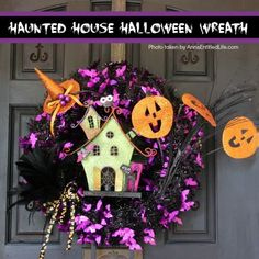 This whimsical haunted house Halloween wreath is an easy to put together - truly a craft! If you are looking for simple Halloween wreath ideas, look no further than this fun haunted house Halloween wreath DIY. Easy Halloween Crafts, Halloween Spider, Halloween Party Decor, Disney Halloween, Scary Halloween, Halloween 2019, Halloween Ideas, Halloween Haunted Houses, Frame Wreath