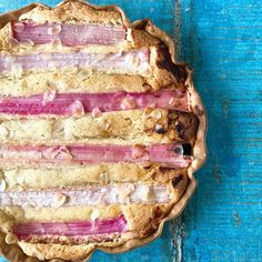 Mmm... een zachtzoete vulling van frangipane met friszure rabarber. Deze rabarbertaart wordt jouw toptaart voor de lente!