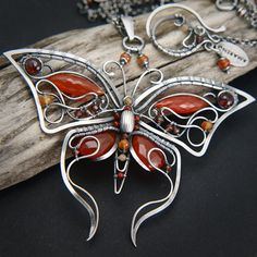 I see alot of wire butterflies but this one distinguishes itself because it's so beautifully done. AMARENO - Vermillion