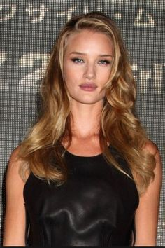 Rosie Huntington-Whiteleys honey-hued curls - All For Hair Color Trending Hair Color Dark, Dark Hair, Blonde Hair, Hair Colour, Hollywood Curls, Hair Flow, Light Brown Hair, Hair Color Balayage, Curled Hairstyles