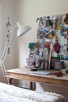 me gusta la idea de un panel enmarcado con imagenes y objetos personales encima de una comoda! Tambien me gusta la lampara!