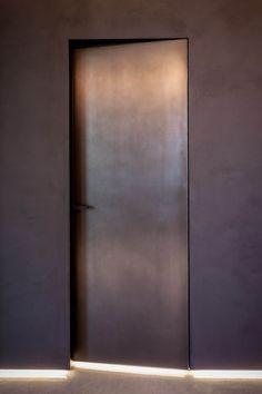 Porta in metallo verniciato brunito / door Arched Doors, Entrance Doors, Windows And Doors, Metal Doors, Porte Design, Door Design, Door Dividers, Hotel Door, Modern Door
