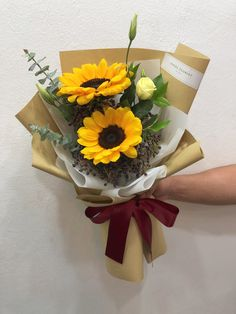 Wrap Flowers In Paper, Boquette Flowers, How To Wrap Flowers, Luxury Flowers, Beautiful Flowers, Graduation Flowers Bouquet, Flower Bouquet Diy, Bouquet Wrap, Sunflower Bouquets