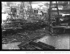 7-2-1910, travaux du métro au Pont Mirabeau [inondations de Paris, 15e arrondissement, tas de débris de bois flottants] : [photographie de presse] / [Agence Rol] - 1