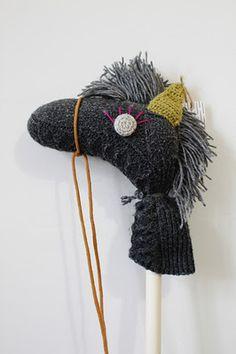 Caballito con un calcetín y una escoba Knit Crochet, Crochet Hats, Softies, Little Ones, Raising, Robin, Pony, Diy Projects, Craft Ideas