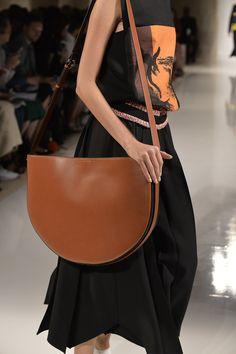 Zoom sur les sacs du défilé Victoria Beckham printemps-été 2016