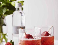 Opskrift på jordbær-mint-is med hyldeblomst og dansk vand. En skøn og forfriskende sommerdrik, hvor is og brusende hyldeblomstvand kombineres Vand, Watermelon, Fruit, Drinks, Drinking, Drink, Beverage