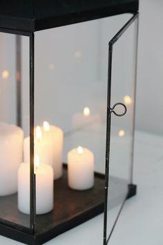 Love candlelight and lanterns. Large Lanterns, Candle Lanterns, Candle Sconces, Decorative Lanterns, Home Interior, Interior And Exterior, Interior Decorating, Noel Christmas, White Christmas