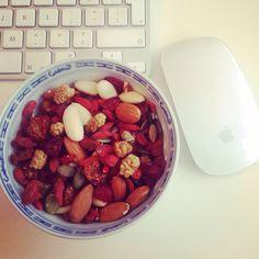 Lekkere snackmix van #gojibessen #moerbeien #incabessen #pomponpitten #cranberries #pecannoten #amandelen