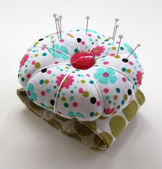 Wrist pincushion sewing crafts pin cushions, sewing crafts и Sewing Tutorials, Sewing Hacks, Sewing Projects, Diy Projects, Diy And Crafts Sewing, Crafts To Sell, Needle Book, Diy Pins, Sewing Notions