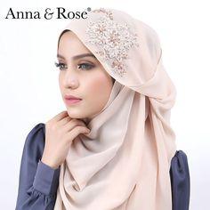 Aww, siapa suka warna ni? Bagi yang tercari cari warna shawl yang boleh digayakan dengan pelbagai warna baju, boleh try warna classy cream ni! warna yang mereprentasikan kelembutan dan klasik. Haa nampak maniss tauuu. Sesuai juga dipakai untuk majlis nikah, tunang, bridesmaid kann... 😍 -Anna #comingsoon #sofeabeadedshawl #annaandrose Hijab Style Tutorial, Beautiful Hijab, Pashmina Scarf, Hijab Outfit, Neck Scarves, Hijab Fashion, Shawl, Couture, Classy