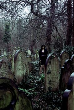 Creepy looking graveyard. Dark Gothic, Gothic Art, Old Cemeteries, Graveyards, Spooky Places, Cemetery Art, Photo D Art, Abandoned Places, Dark Art