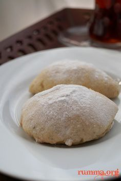 Elmalı kurabiye tarifi nefis nefis..İnanılmaz güzel diye bir tabir varmıdır bilemiyorum ama bu kurabiyeyi yerken ağzınızdan gayri ihtiyari bu kelimeler dökülüyor..Başka söze ne hacet : ) Elmalı kurabiye için gereken malzemeler 250 gr tereyağ veya margarin (oda sıcaklığında) 1 çay bardağı sıvıyağ 2 yemek kaşığı yoğurt veya süt 1 yemek kaşığı şeker 1 paket kabartma …