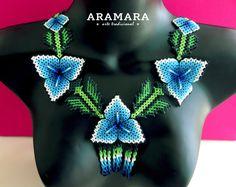 Abalorios de joyería mexicana collar de Huichol por Aramara Natural Accessories, Beaded Necklace, Necklaces, Mexican Designs, Peyote Patterns, Bead Weaving, Beaded Embroidery, Seed Beads, Chokers