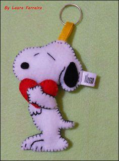 Charmoso Chaveiro Snoopy em Feltro    Com enchimento em fibra sintética    Pode ser Lindas Lembrancinhas de Aniversário :)    Não perca a oportunidade de ter logo a seu lindo snoopy!    Medidas: 8 cm