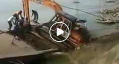 Colocar Uma Retroescavadora Em Cima De Um Barco, o Que Poderia Correr Mal?!