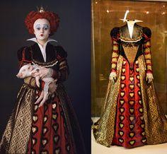 Este es el único vestido que utiliza Helena Bonham Carter para su personaje como la Reina Roja o Reina de Corazones.