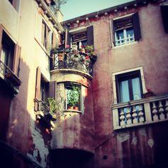 #balcone #fiori #flowers #colours #old #palace #Venice #Venezia #Italy Ph. Jessica Vancini